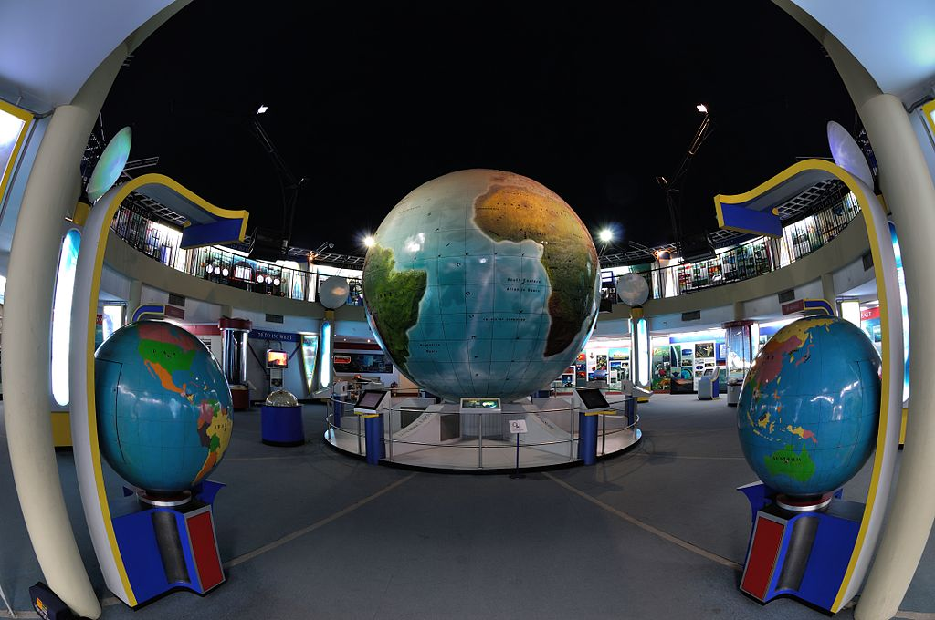 1024px-Interior_-_Earth_Exploration_Hall_-_Science_City_-_Kolkata_2013-11-28_0805